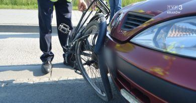 rower na masce samochodu