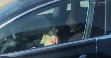 śpiący za kierownicą kierowca Tesli